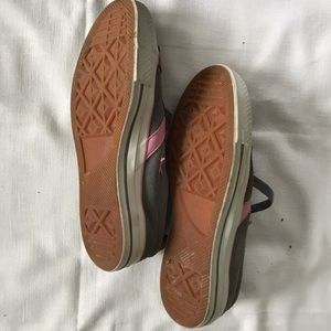 Converse Shoes - Converse leather low-tops🎀 gray n pink 💫 size 9